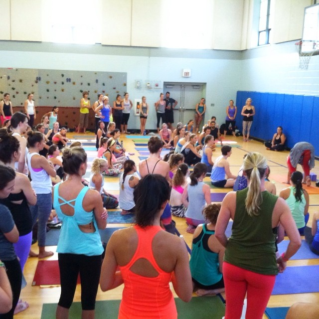 150 yogis + @yoga_girl = arm balances workshop! #laughingelephant #rachelbrathen #yoga